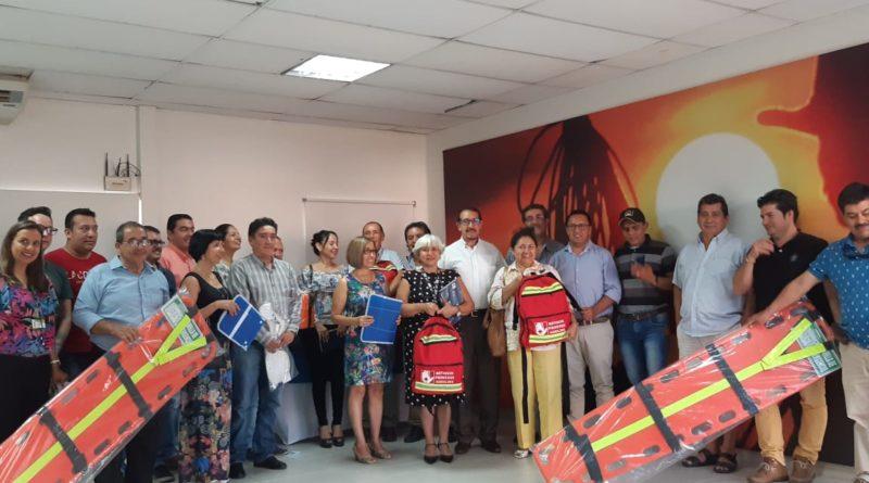 Secretaria de Educación de Yopal María Teresa Prieto y Néstor Cristancho, líder del programa jornada escolar complementaria de Comfacasanare, hacen entrega de kits de primeros auxilios a rectores de colegios públicos, como parte de convenio de capacitación con Bomberos de Yopal